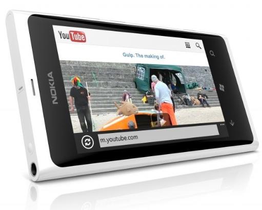 Vit Nokia Lumia 800 liggande