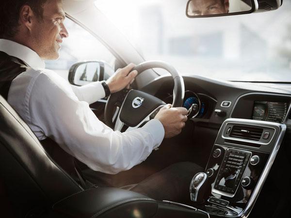 Med nya Volvo V60 Plug-in Hybrid får du tillgång till smarta mobila applikationer för olika funktioner i bilen